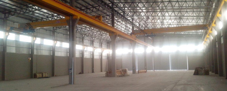 Nave industrial de 3000m2 con cuatro puentes gruas y 500m2 de oficinas y servicios.